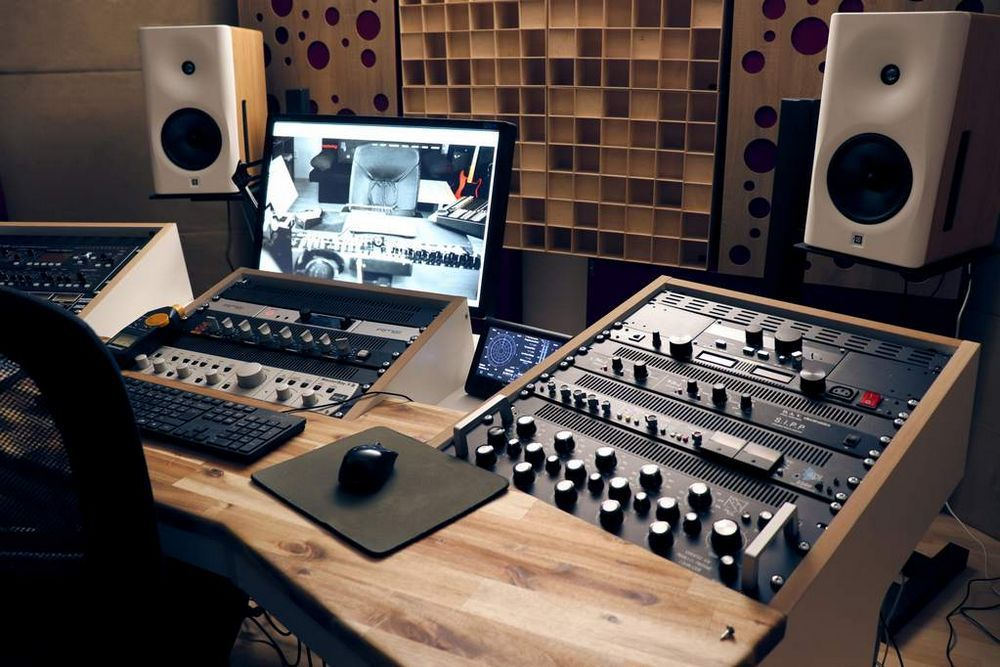 use of wooden acoustic diffusers behind the speakers (2)